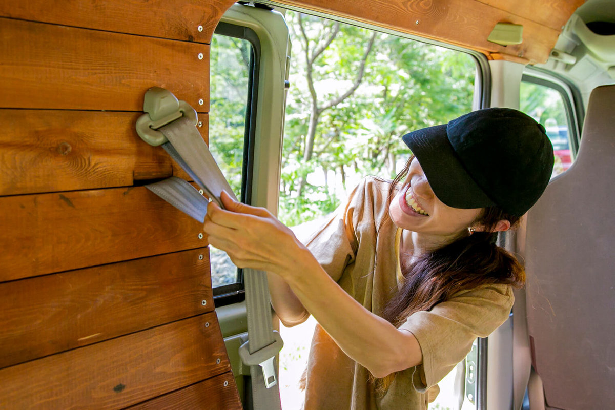 21 レトロなカスタムカー。キャンプコーディネーターの三沢真実さん。壁のシートベルトが使えるようにきれいに板を張っている
