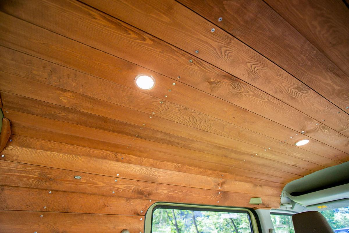 22 レトロなカスタムカー。キャンプコーディネーターの三沢真実さん。板張りの天井に埋め込んだシーリングライト