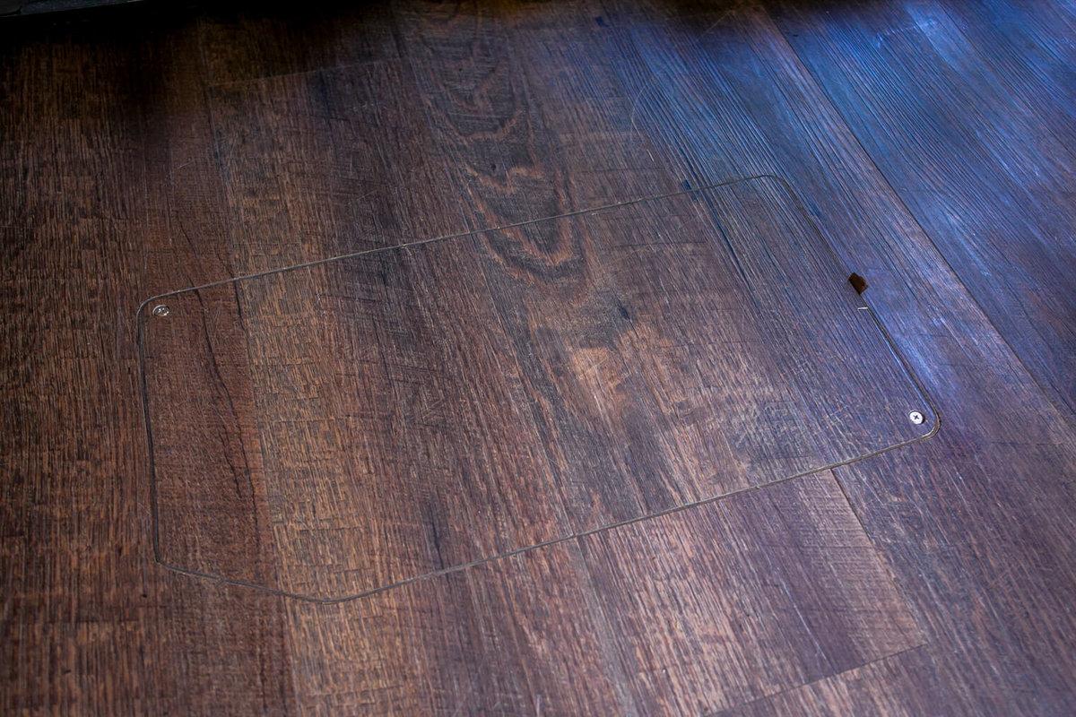 23 レトロなカスタムカー。キャンプコーディネーターの三沢真実さん。板張り風にしたスズキ・エブリイの荷室の床の写真