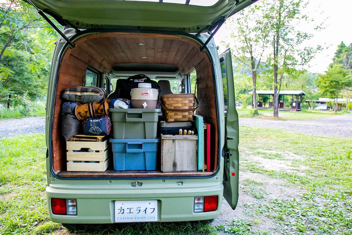 26 レトロなカスタムカー。キャンプコーディネーターの三沢真実さん。スズキ・エブリイのバックドアが開いていて、荷室には荷物、キャンプギアがきれいに積まれている