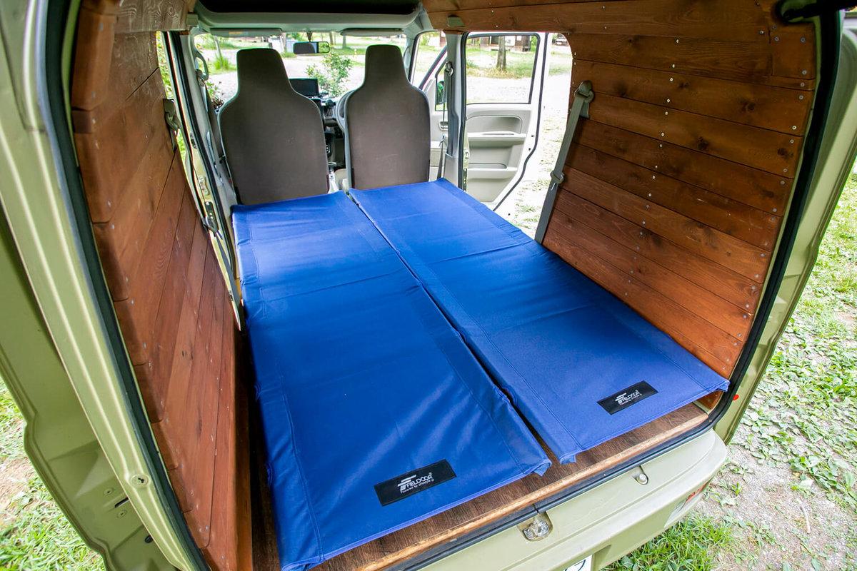 29  レトロなカスタムカー。キャンプコーディネーターの三沢真実さん。車内に「FIELDOOR(フィールドア)」のアルミコンパクトコットをセットしたところ