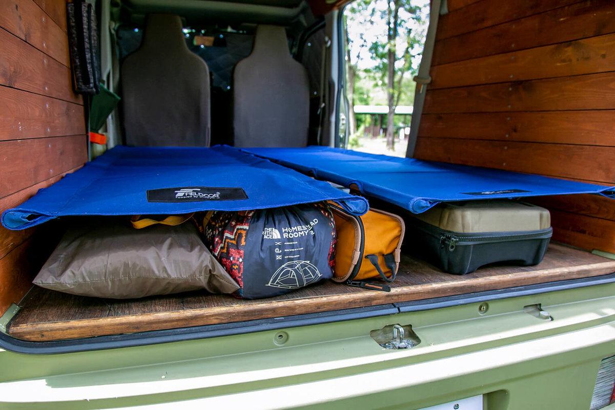 30  レトロなカスタムカー。キャンプコーディネーターの三沢真実さん。車内に「FIELDOOR(フィールドア)」のアルミコンパクトコットをセットし、その下に荷物を収納している