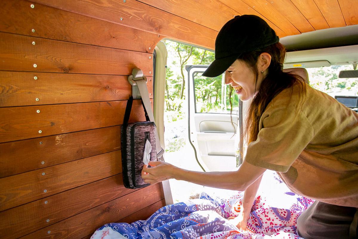 37  レトロなカスタムカー。キャンプコーディネーターの三沢真実さん。シートベルトをフックにして、ティッシュカバーを壁にかけている