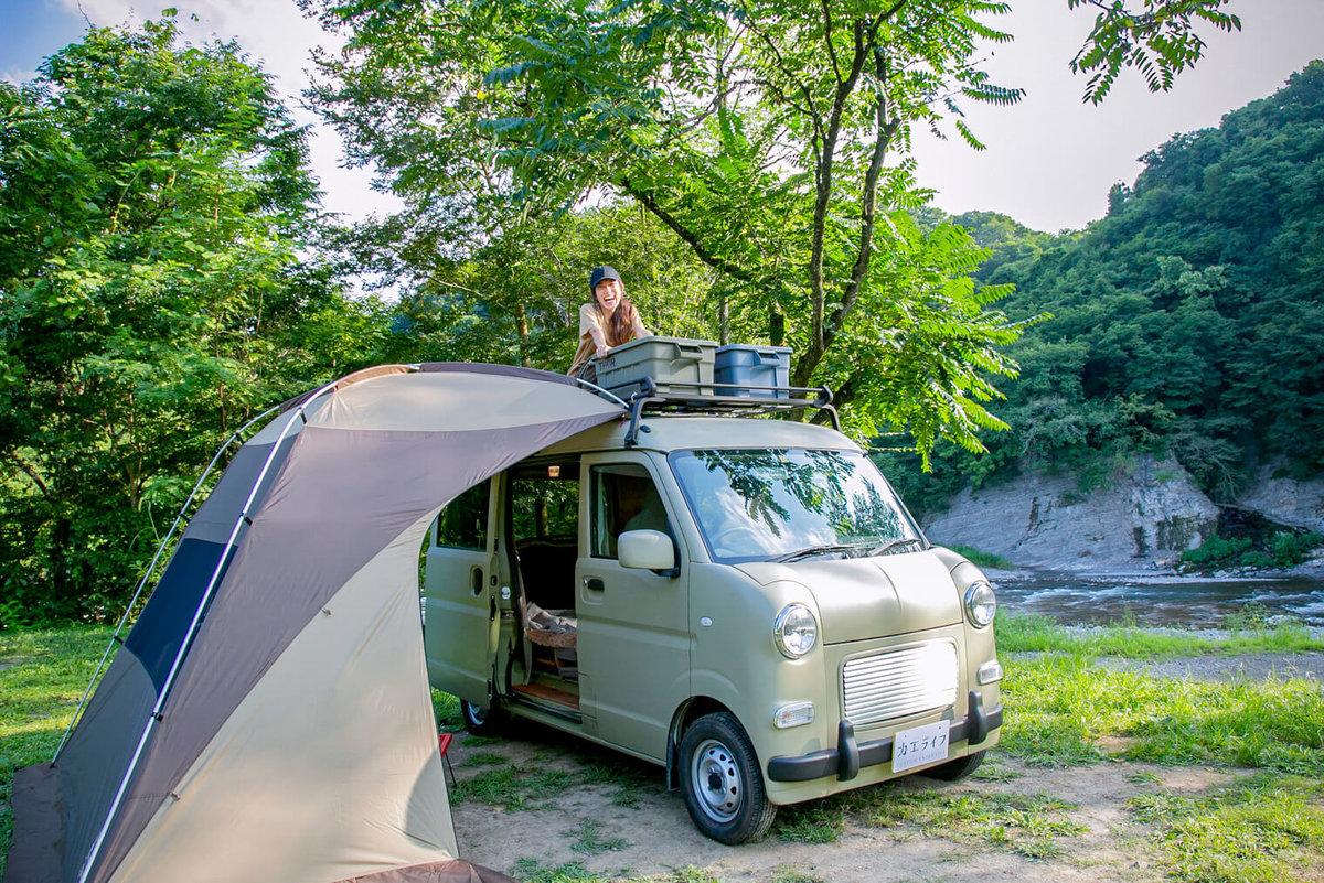 38  レトロなカスタムカー。キャンプコーディネーターの三沢真実さん。カーサイドタープ(ogawa)をセット。三沢さんはラダーで上がってルーフラックのところに顔が見えている