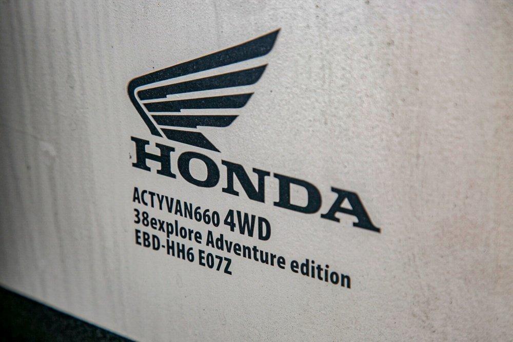 06_4WDのパワフルな性能を持つHondaの軽自動車アクティバンのロゴ