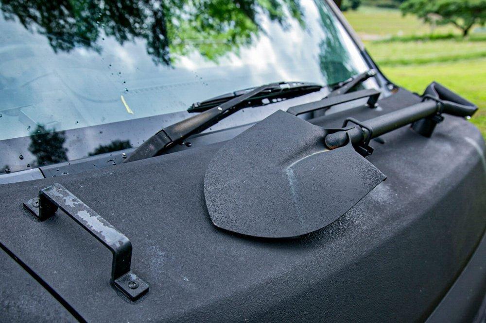 11_Honda・アクティバンのフロントカバーの写真。デザイン重視の飾りの役割としてスコップと取っ手をつけている