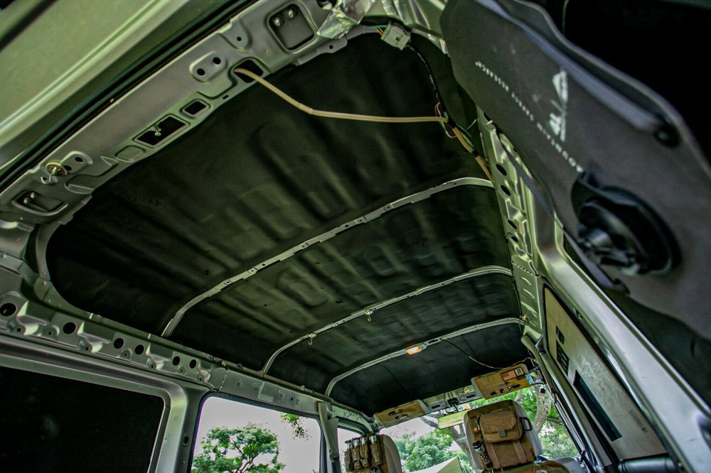 宮崎秀仁さんのカスタムしたおしゃれ軽バン、Honda・アクティバンの内装。天井を剥がして遮音材から制振材に変更している
