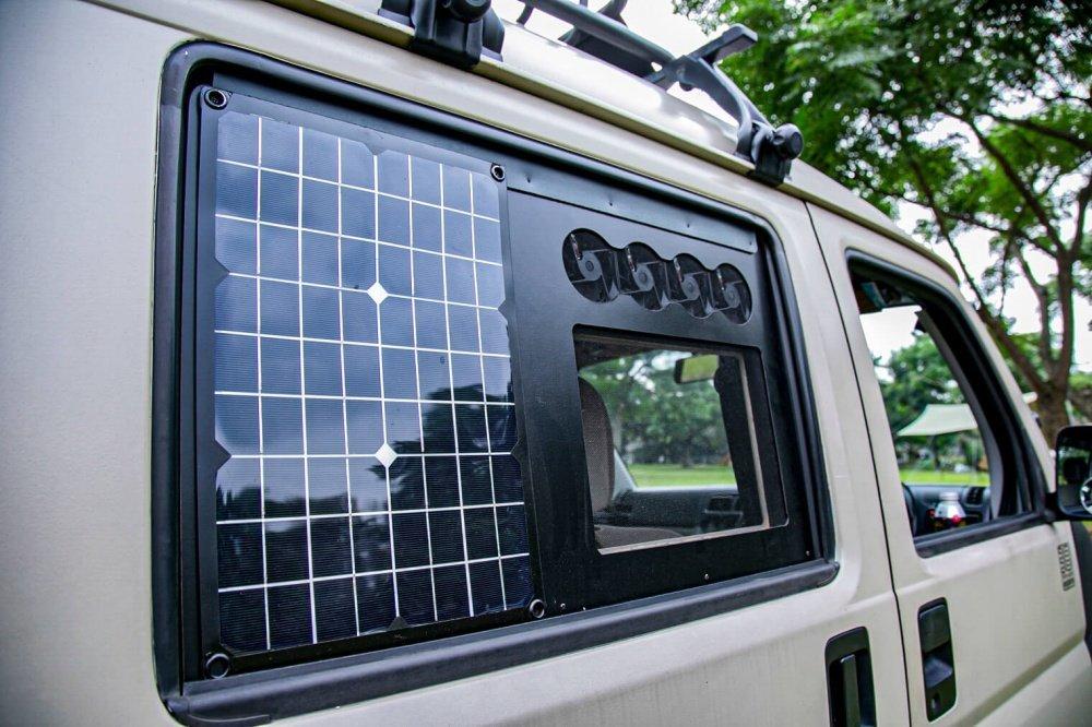 23_Honda・アクティバンの窓にソーラーパネルをカスタムして装着した写真