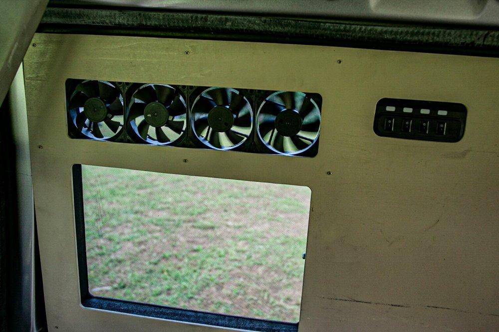 25_Honda・アクティバンの窓にファンが4つ付いている写真。内側に4つのスイッチがあり、それぞれのファンと連動していることを説明