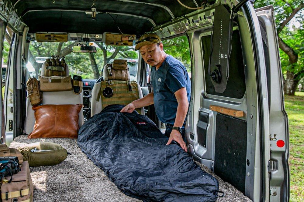 27_宮崎秀仁さんが「NANGA(ナンガ )」の寝袋をHonda・アクティバンの荷室に広げている様子