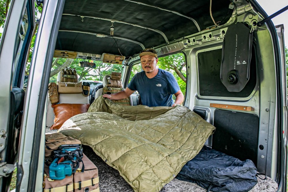 28_宮崎秀仁さんが「KingCamp(キングキャンプ)」のブランケットをHonda・アクティバンの荷室に広げている様子