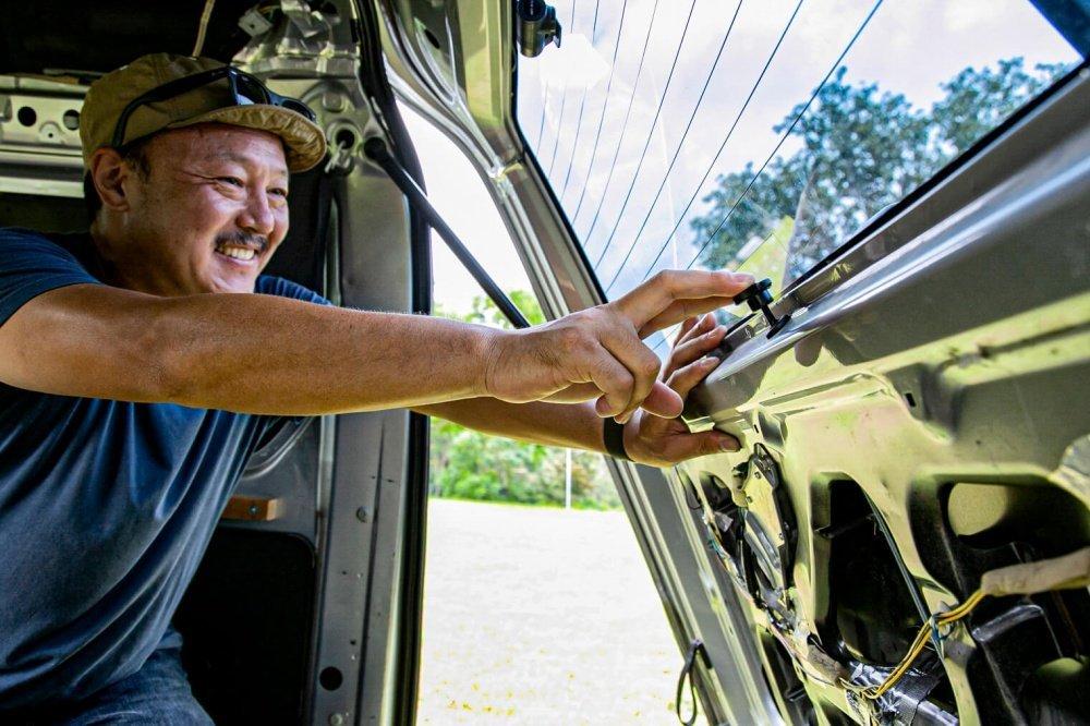 29_Honda・アクティバンのカスタム。リアゲートを中から開けられるノブを宮崎秀仁さんが説明
