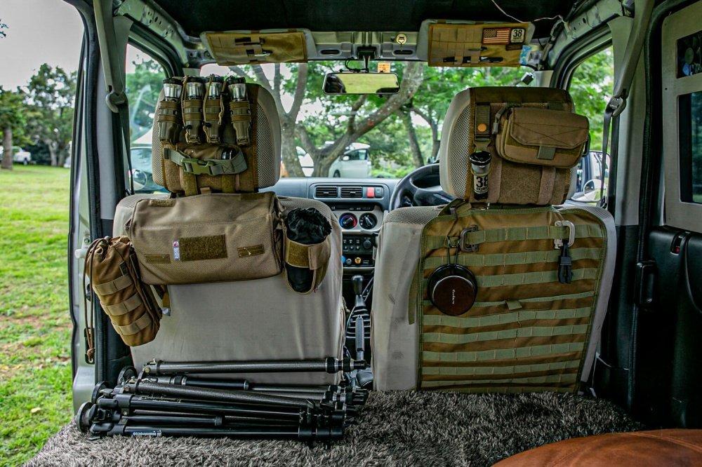 31_Honda・アクティバンの前列座席シートを後ろから見た写真。ヘッドレストをベースに「モールシステム」というアタッチメントを装着して様々なメーカーの道具入れをつなげている