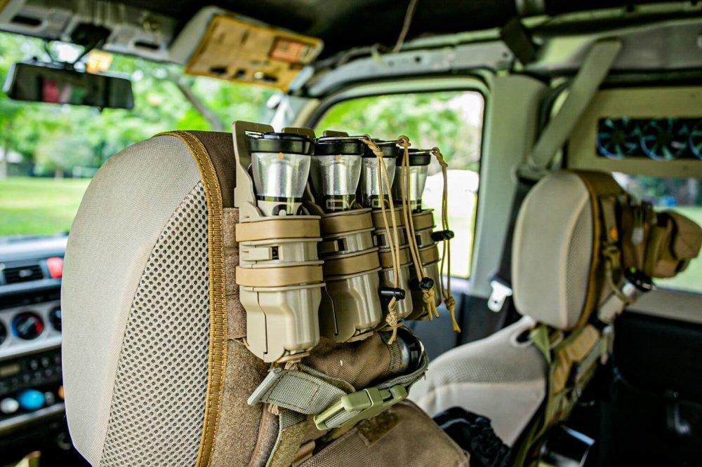 33_Honda・アクティバンの前列シートヘッドレスト(助手席側)に寄った写真。取り付けられた道具入れのマガジンケースにランタンが入っている