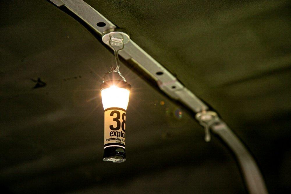 35_Honda・アクティバン天井にクローズアップ。さきほどのランタンを天井に設置したマグネットフックに吊るした写真
