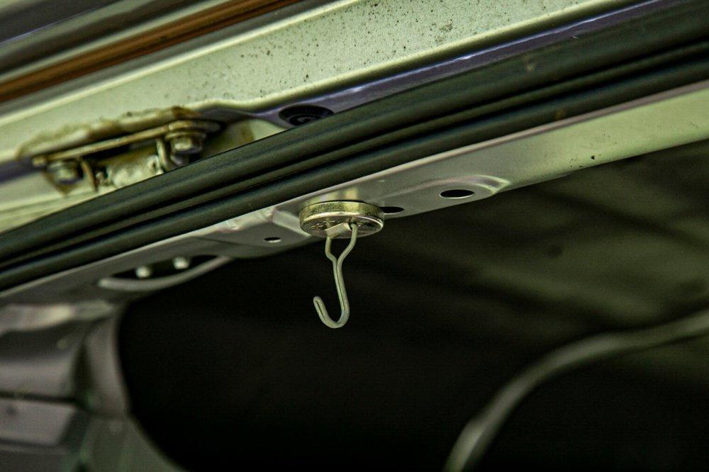36_Honda・アクティバン天井にクローズアップ。天井のマグネットフックは、磁石でどこにでもつけられることを説明