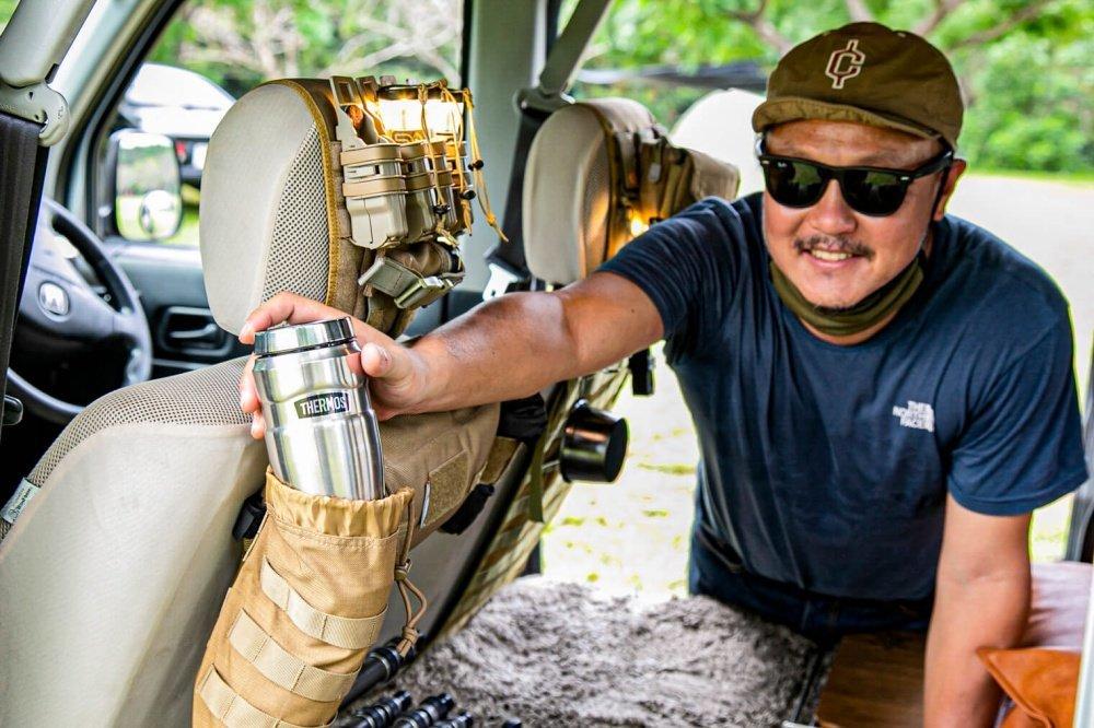 37_Honda・アクティバン。宮崎秀仁さんが前列シートヘッドレストの道具入れから水筒を取り出している