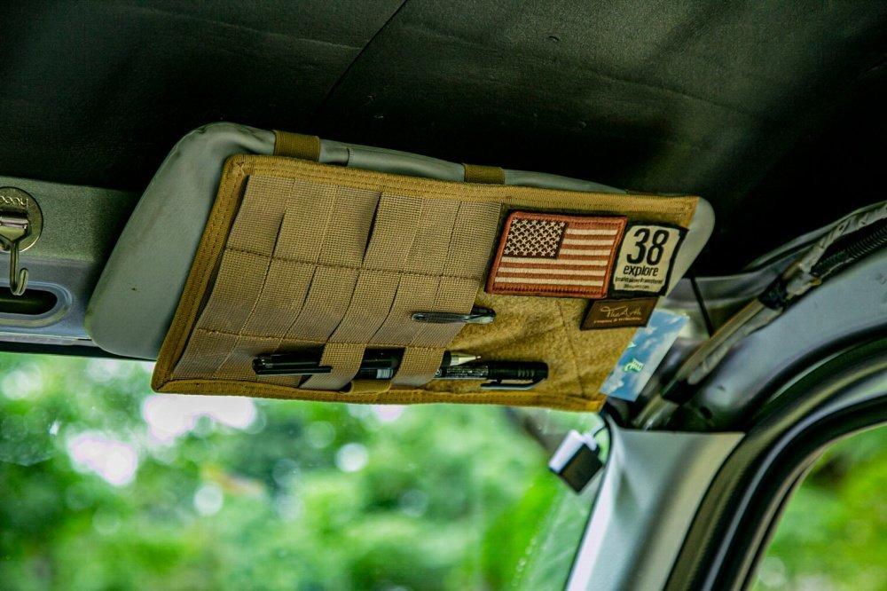 40_Honda・アクティバンのサンバイザー部分の写真。コヨーテブラウンのポケットには、宮崎秀仁さんのアウトドアブランド「38explore」のロゴワッペンが貼られている
