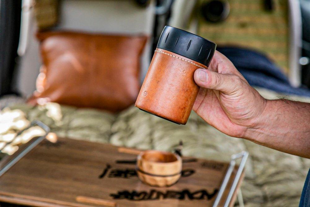 41_サーモスの「保冷缶ホルダー」専用のレザーカバー。宮崎秀仁さんの友人が手掛けるアウトドアブランド「omadesign(オマデザイン)」のアイテム
