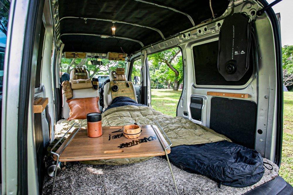 42_Honda・アクティバンの荷室の写真。手前には宮崎秀仁さん考案のテーブル「38パレット」が映っている