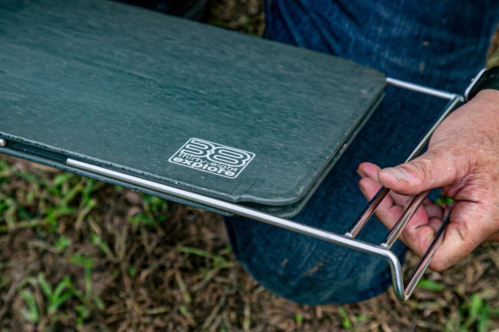 44_宮崎秀仁さんのアウトドアブランド「38explore」のテーブル・38パレット。テーブル側面のアタッチメントを取り出している様子の写真