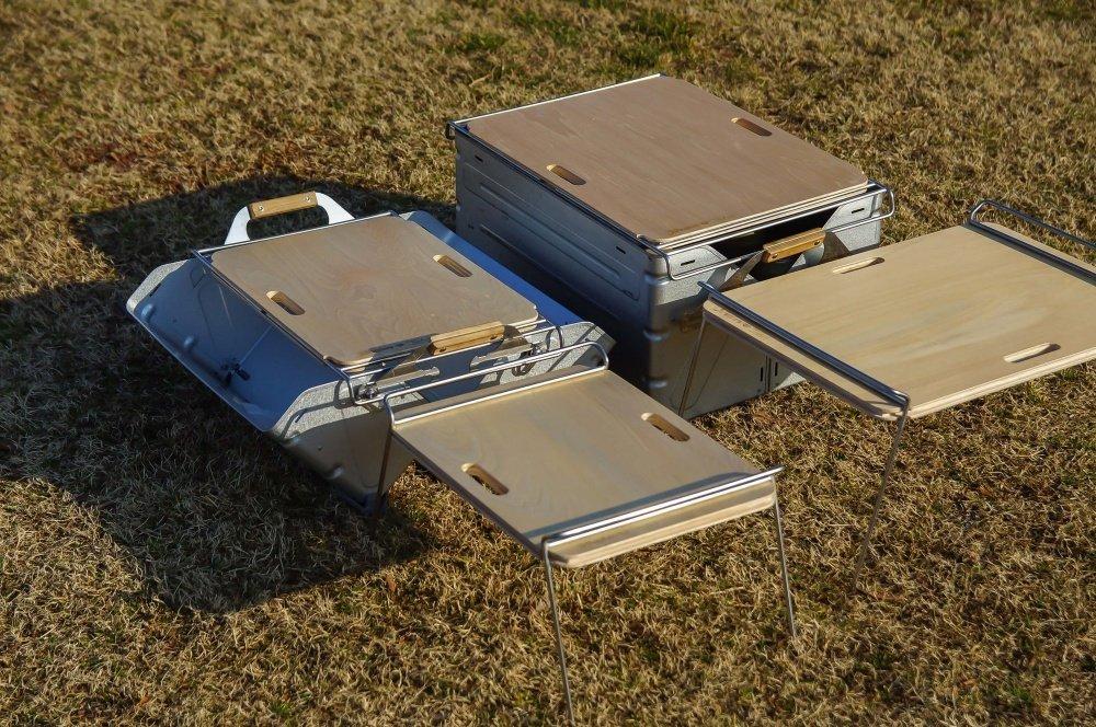45_宮崎秀仁さんのアウトドアブランド「38explore」のテーブル38パレットシリーズ「PALEO」と「PALEKO」。スノーピークのシェルフコンテナのフタとして使用している写真