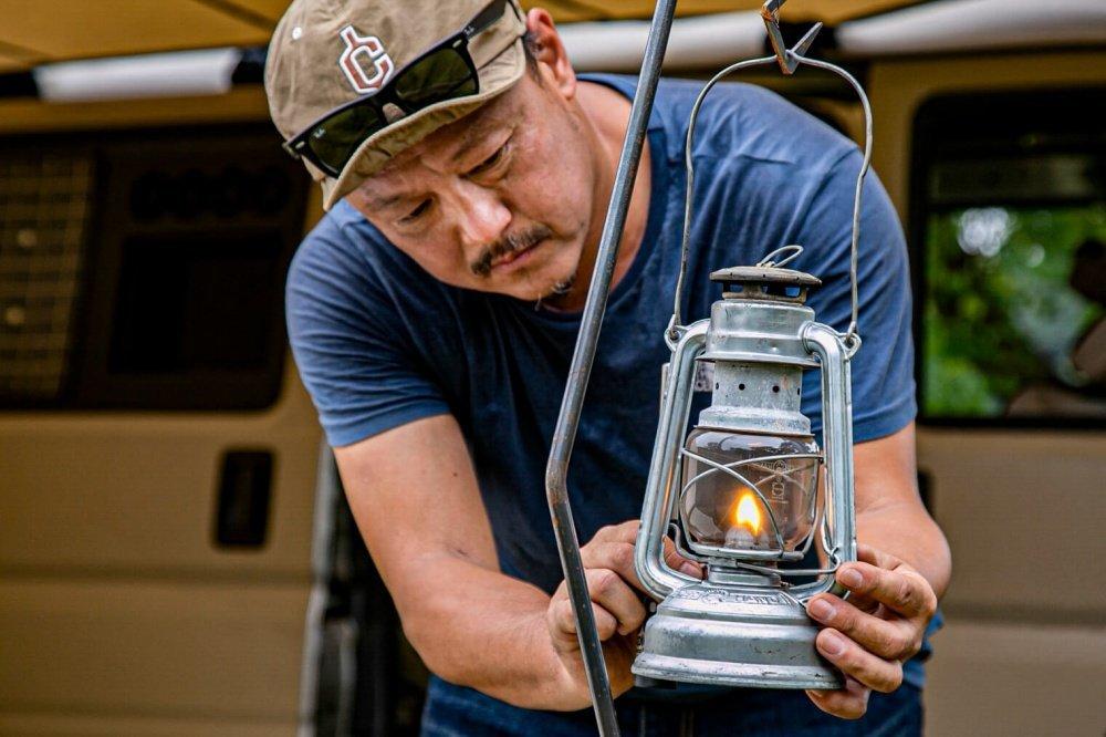 62_Honda・アクティバンの前で「FEUERHAND(フュアハンド)」の灯油ランタンを準備する宮崎秀仁さん