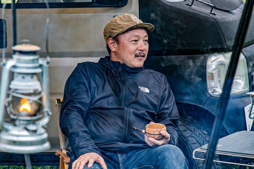 67_Honda・アクティバンと宮崎秀仁さんの写真。宮崎さんがチェアに腰掛け話している様子