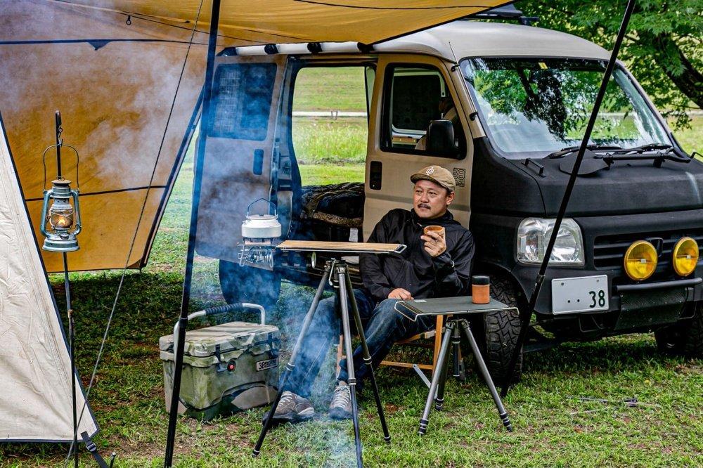 68_Honda・アクティバンと宮崎秀仁さんの写真。アクティバンと各種ギアの全体像が映っている