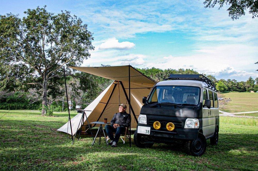 69_Honda・アクティバンと宮崎秀仁さんの写真。アクティバンのフロントとカーサイドシェルター、キャンプ場の様子が映っている