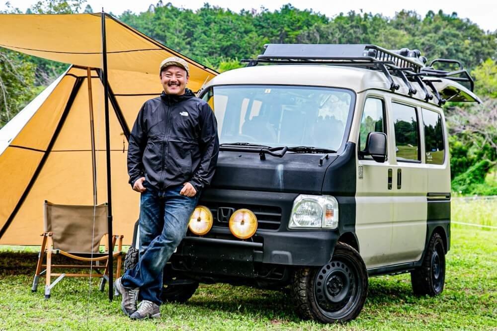 02_キャンプ&車中泊の達人、38exploreの主宰である宮崎秀仁さん。Honda・アクティバンにおしゃれなルーフキャリアを装着