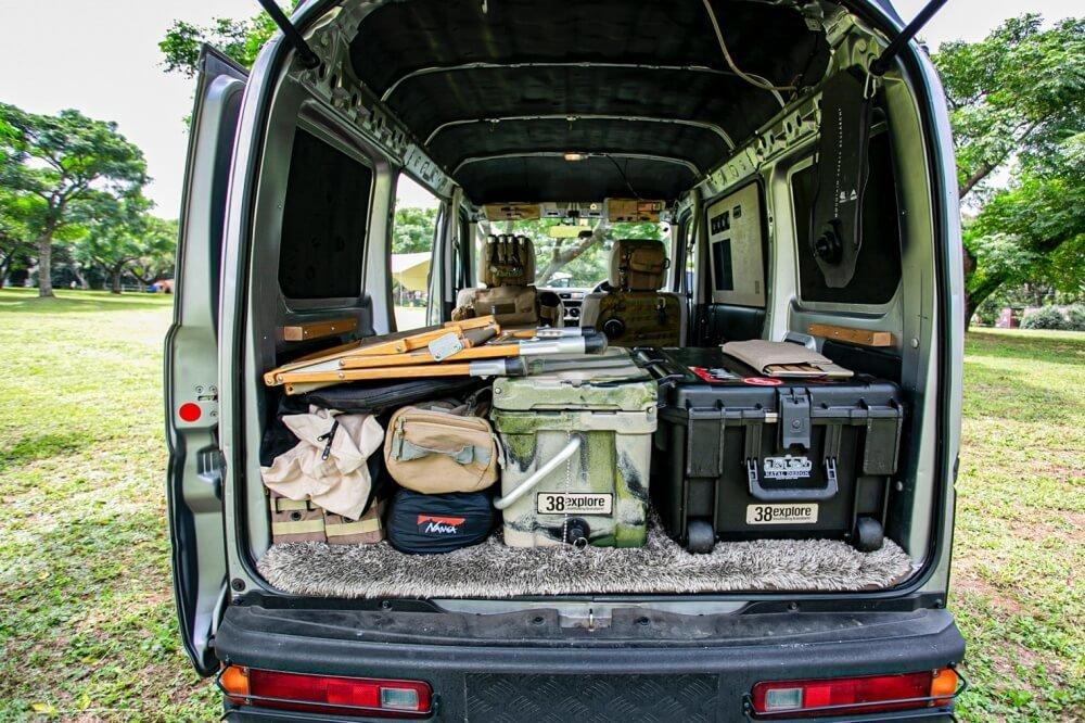 06_Honda・アクティバンの荷室全体の写真。38exploreの宮崎秀仁さんが使用しているキャンプギアが積載されている