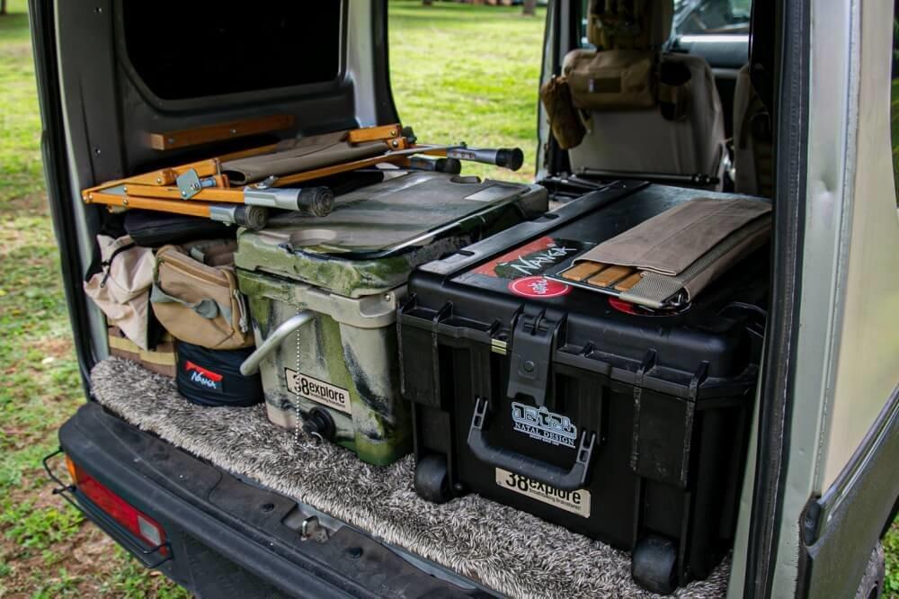 07_Honda・アクティバンの荷室にクローズアップした写真。キャンプギアやコンテナが積載されていて、収納術を解説している写真