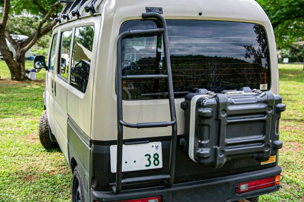 09_Honda・アクティバンのリアに付けたラダーにクローズアップした写真。中古で購入し、カスタムして使用していることを宮崎秀仁さんが解説