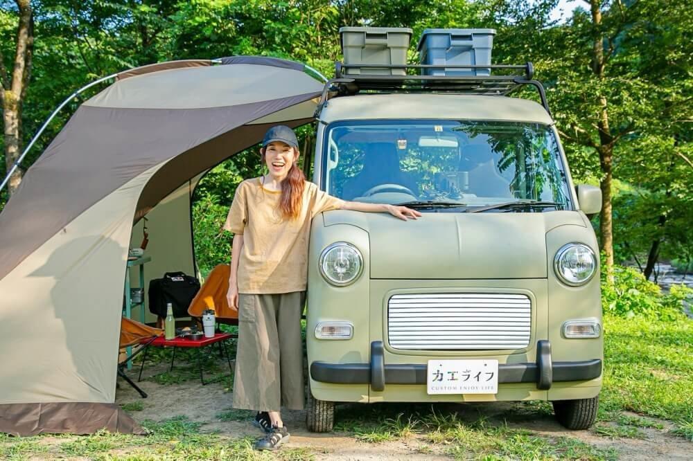 10_車中泊・キャンプの達人。CAMMOC代表の三沢真実さんと愛車のスズキ・エブリイが映った写真。マットな質感でおしゃれなルーフキャリアにTHORのボックスが載っている