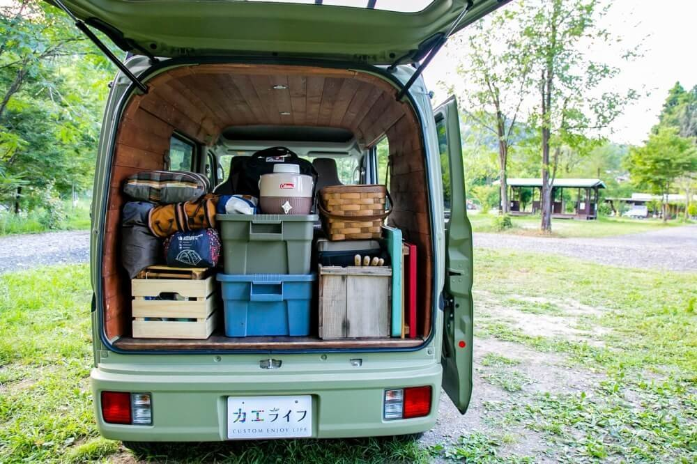 12_三沢真実さんがカスタムしたスズキ・エブリイの荷室側写真。アウトドアグッズがキレイに積載されている