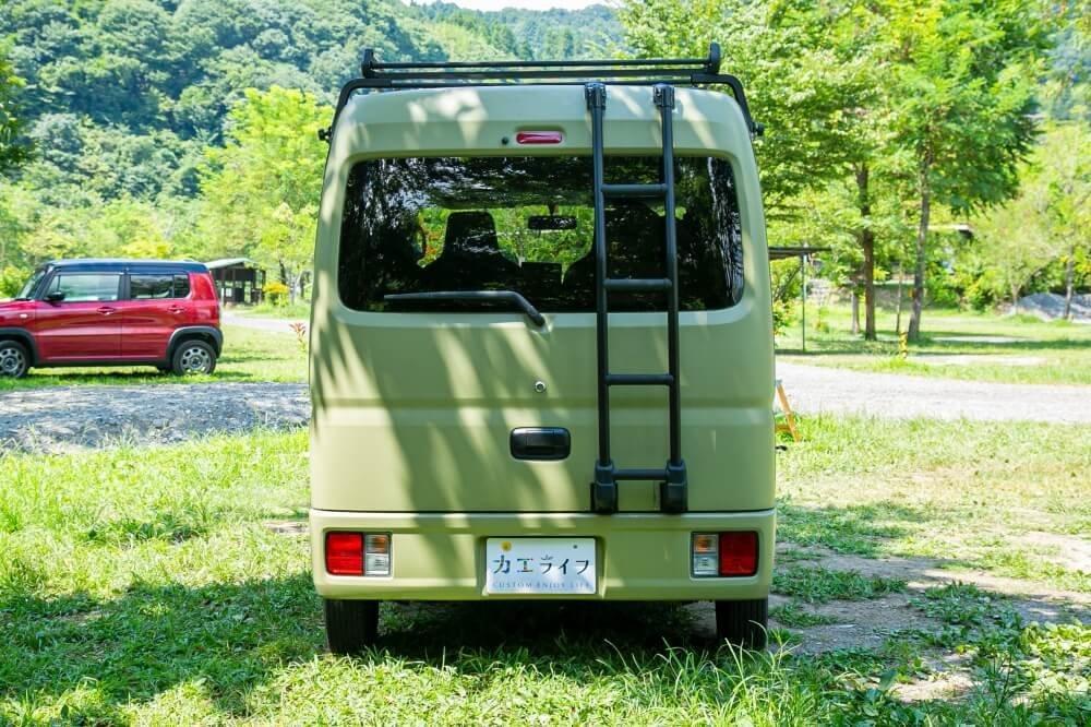 15_車中泊・キャンプの達人。三沢真実さんがカスタムしたスズキ・エブリイのリア側写真。TUFREQ(タフレック)」のラダーをつや消しのブラックで塗装。アイアンな質感に仕上げている