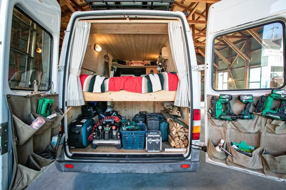 19_車中泊・キャンプの達人。VAN LIFE(バンライフ)ビルダーの鈴木大地さんがカスタムしたメルセデス・ベンツ「トランスポーターT1N」(ベントラ)の荷室