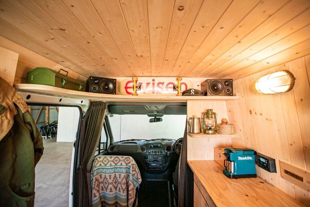20_車中泊・キャンプの達人。VAN LIFE(バンライフ)ビルダーの鈴木大地さんがカスタムしたメルセデス・ベンツ「トランスポーターT1N」(ベントラ)の車内。ウッドパネルで囲われスタイリッシュな雰囲気