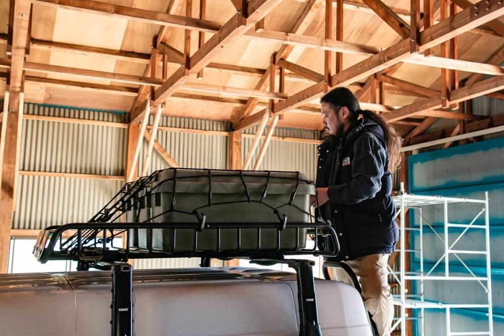 24_メルセデス・ベンツ「トランスポーターT1N」(ベントラ)のルーフ部分にクローズアップした写真。ルーフラックはアメリカのアウトドアブランド「YAKIMA(ヤキマ)」をブラックで塗装