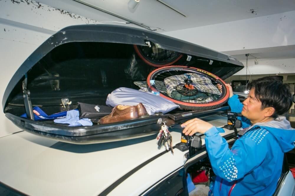 31_車中泊・キャンプの達人。小澤貴裕さんがカスタムしたHonda・フリードスパイクハイブリッドのルーフボックスの写真。積載量の多さがポイント