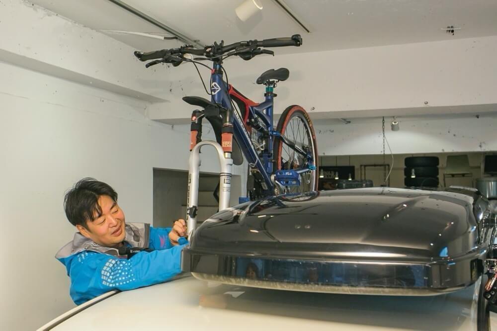 32_車中泊・キャンプの達人。小澤貴裕さんがカスタムしたHonda・フリードスパイクハイブリッドのルーフボックスの写真。ルーフボックスにマウンテンバイクを搭載している様子