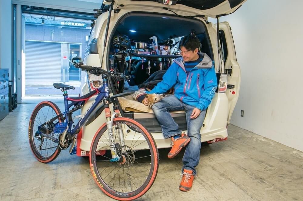 35_小澤貴裕さんがカスタムしたHonda・フリードスパイクハイブリッドのリア側写真。荷室ドアを開いて自転車と小澤さんが一緒に映っている