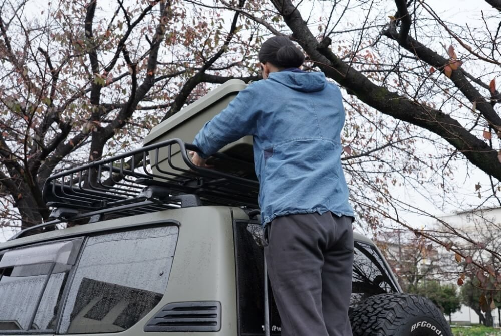 37_鈴木陽士さんがカスタムしたトヨタ・ランドクルーザーのルーフ部分にクローズアップした写真。ルーフキャリアにボックスを載せている