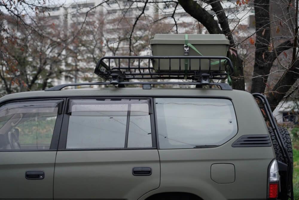 41_鈴木陽士さんがカスタムしたトヨタ・ランドクルーザー。「YAKIMA(ヤキマ)」の「メガウォーリアー ルーフラック」を使用している場面