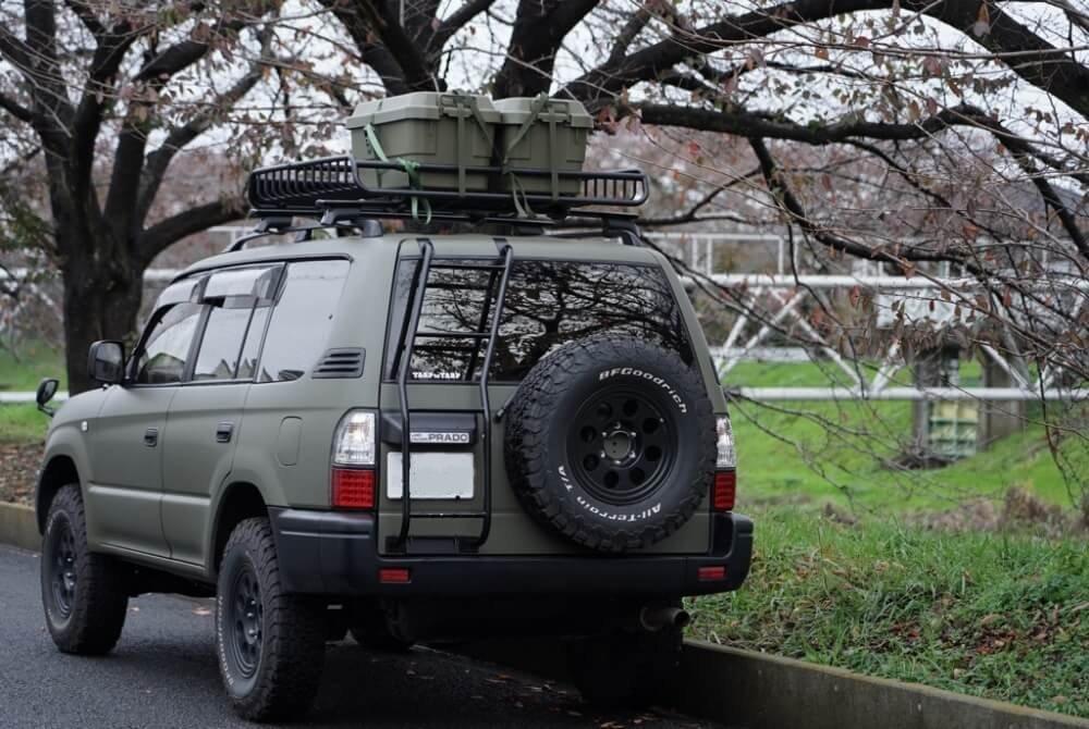42_鈴木陽士さんがカスタムしたトヨタ・ランドクルーザーのリア側写真。「YAKIMA(ヤキマ)」の「メガウォーリアー ルーフラック」にボックスを2つ載せている