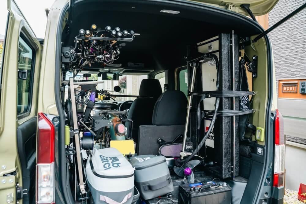 釣り道具が積み込まれたトランポ仕様にカスタムしたN-VANの荷室
