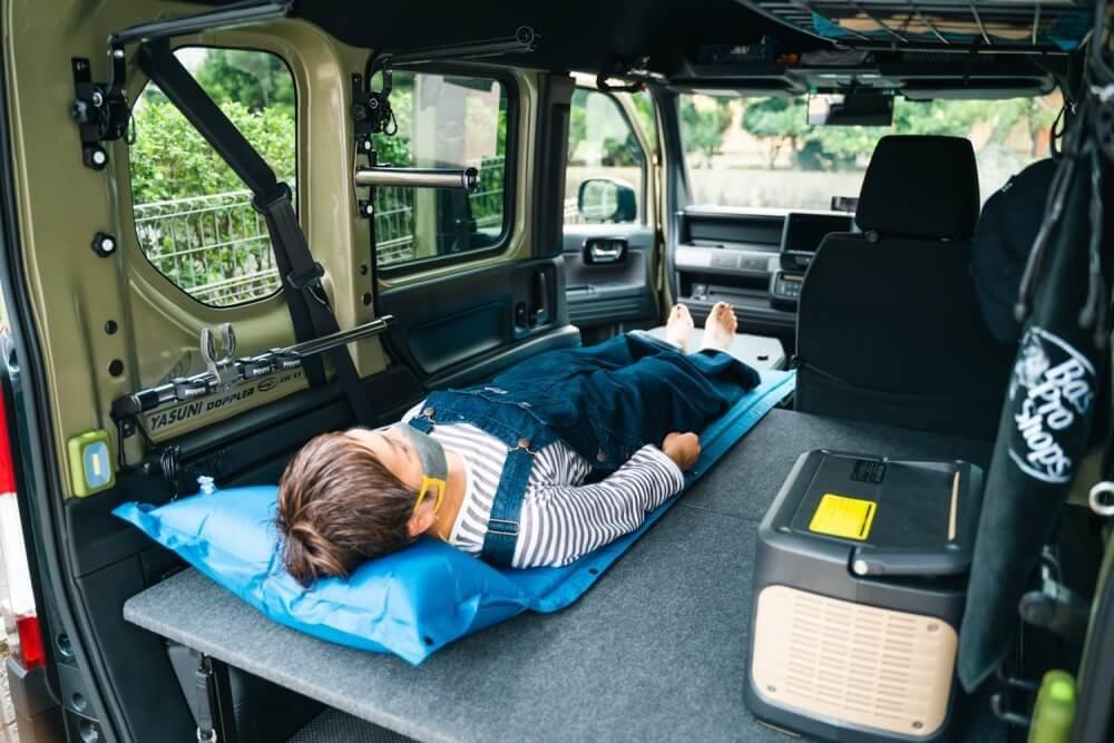 トランポ仕様にカスタムしたN-VANの荷室にベッドセットを展開