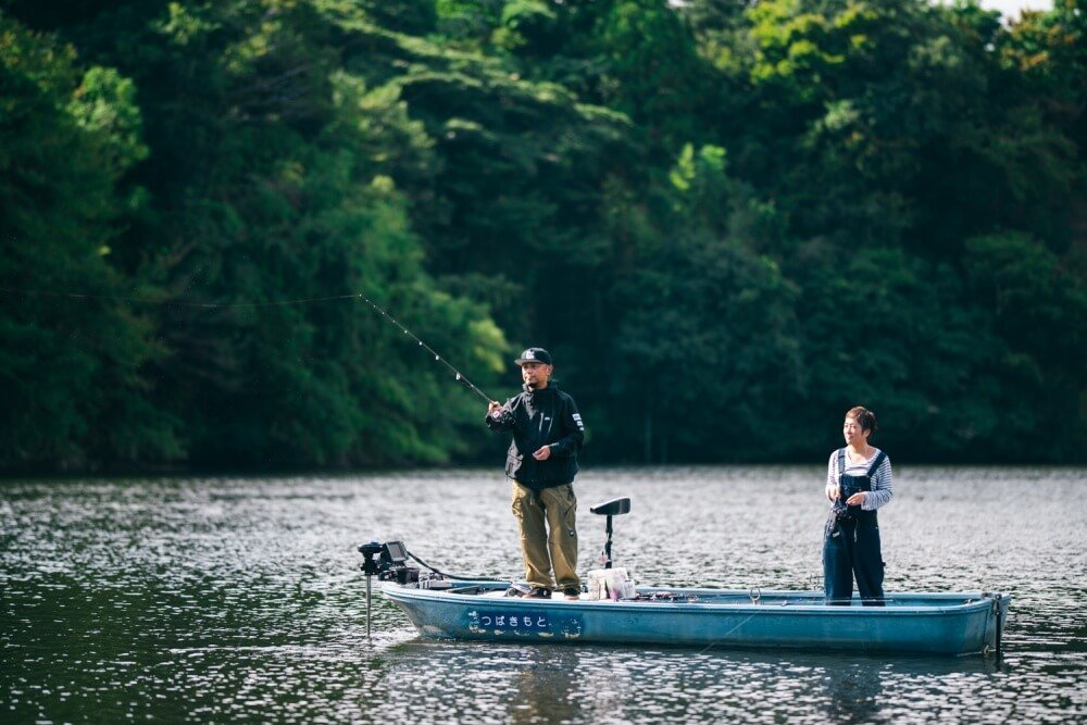 亀山湖で釣りをする、トランポ仕様にカスタムしたN-VANオーナー・堀さん夫婦