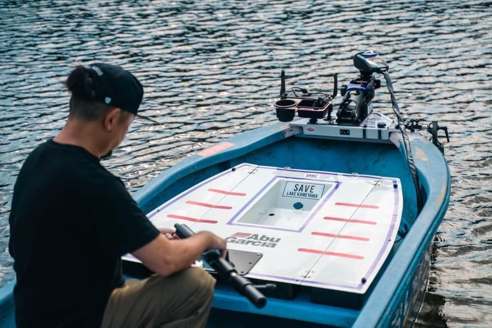 亀山湖でボート釣りの準備をする、トランポ仕様にカスタムしたN-VANオーナー・堀さん